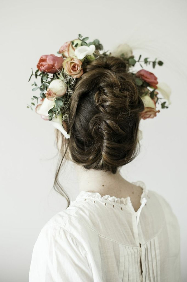 flowers in the hair via la la lovely