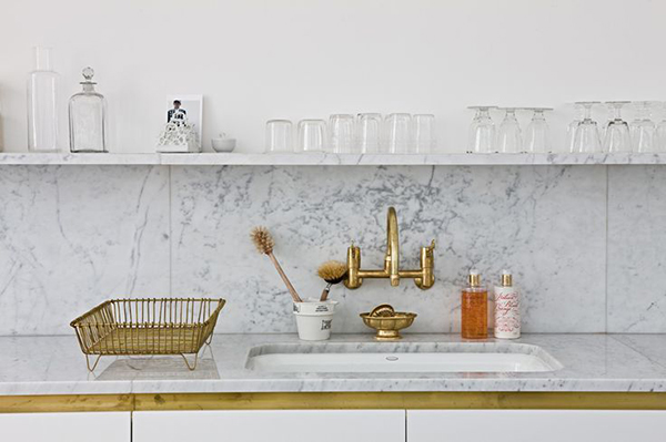 Brass fixtures in a #kitchen via La La Lovely